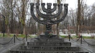 Le monument de commémoration du massacre de Babi Yar, à Kiev, en forme de menorah, le chandelier juif à sept branches.