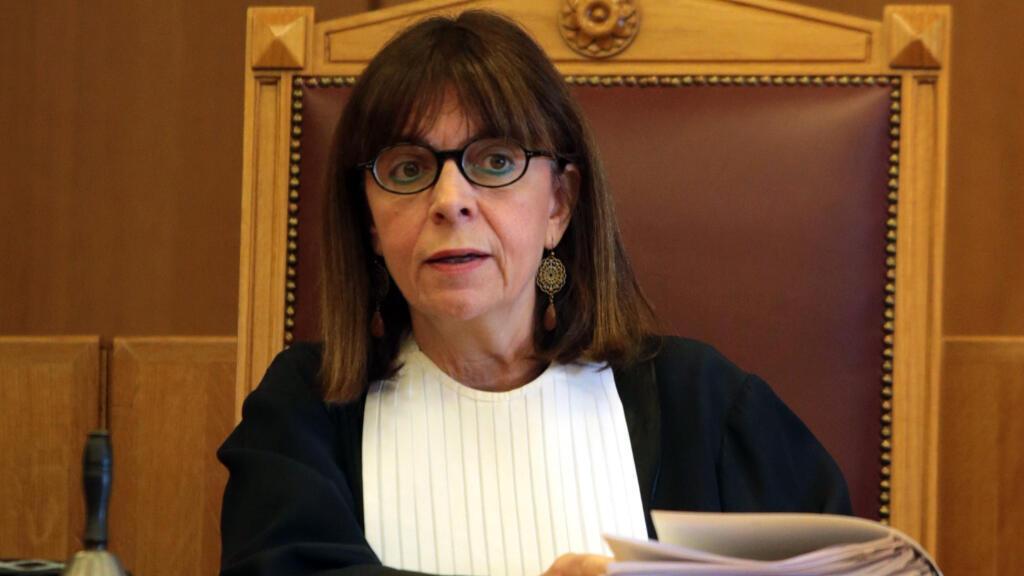 Hija del vicepresidente del Tribunal Supremo griego Nikolaos Sakelaropulu, la nueva presidenta estudió Derecho en la Universidad de Atenas y un posgrado en Derecho Constitucional y Administrativo en la Universidad de París II.