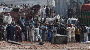 """أنصار """"حركة لبيك باكستان"""" الإسلامية المتطرفة يتجمعون في الشارع في 18 نيسان/أبريل 2021 خلال تظاهرات احتجاجا على توقيف زعيمهم بعد دعوته لطرد السفير الفرنسي"""