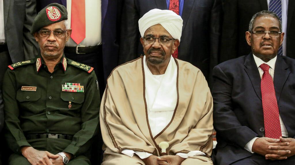 En esta foto de archivo del 14 de marzo de 2019, el Presidente de Sudán, Omar al-Bashir, se sienta entre su Ministro de Defensa, Awad Ibnouf y el Primer Ministro, Mohamed Tahir Eila, mientras posan para una foto de grupo, en Jartum, Sudán.