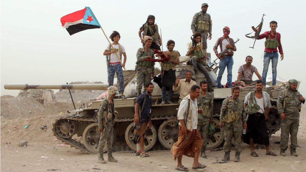 Miembros de las fuerzas separatistas del sur de Yemen, respaldadas por los Emiratos Árabes Unidos, se paran sobre un tanque durante enfrentamientos con las fuerzas gubernamentales en Adén, Yemen , 10 de agosto de 2019.