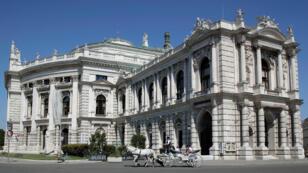 Un carruaje tradicional pasa por el teatro Burgtheater en Viena, Austria, el 13 de agosto de 2018.
