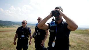 Des agents de Frontex en patrouille à la frontière entre la Grèce et l'Albanie, le 24juillet2019.