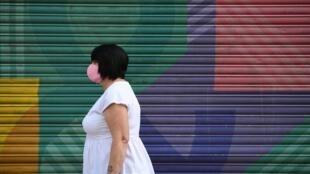 Un consumidora con mascarilla camina por el centro de Sheffield, en Reino Unido, el 24 de julio de 2020