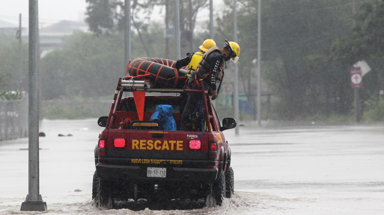 Los equipos de rescate son vistos en un vehículo cruzando una calle inundada durante la tormenta Hanna en Apodaca, en las afueras de Monterrey, México, 26 de julio de 2020.
