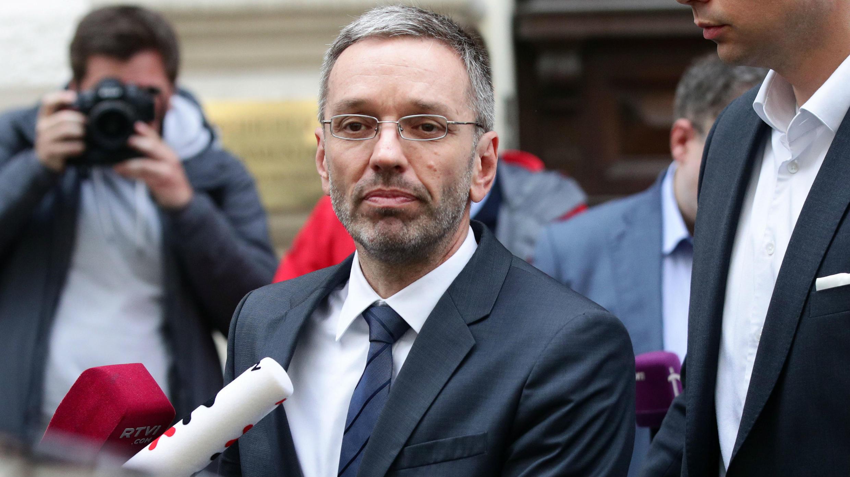 El Ministro del interior austriaco Herbert Kickl se marcha después de dirigirse a una conferencia de prensa en Viena, Austria, 20 de mayo de 2019.