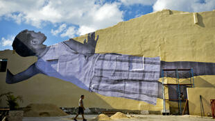 """""""Gigantes, echando un vistazo en la ciudad"""", es el nombre del collage de un niño cubano realizado por el artista francés, JR. 10 de abril de 2019."""