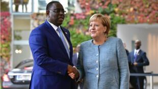 La chancelière allemande, Angela Merkel, et le président sénégalais, Macky Sall, lors du forum Compact with Africa, à Berlin, le 30 octobre 2018.