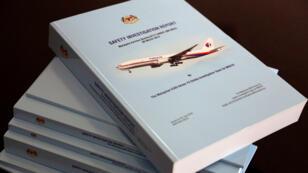 Se muestra una pila de folletos de informes de investigación de seguridad del vuelo MH370 en una reunión a puertas cerrada con familiares de desaparecidos en Putrajaya, Malasia, el 30 de julio de 2018.