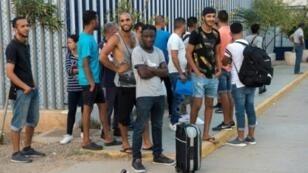 مهاجرون ينتظرون لمغادرة مركز الاستقبال المؤقت للمهاجرين وطالبي اللجوء في جيب مليلية الإسباني بالمغرب في 19 أيلول/سبتمبر 2018