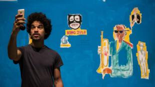"""Devant le tableau """"King Zulu"""" de Jean Michel Basquiat, lors d'une exposition à Londres,  en septembre 2017."""
