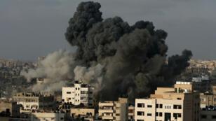 De la fumée s'éleve au-dessus de Gaza après un raid israélien, jeudi 9 août 2018.