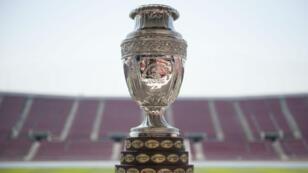 Panorámica del trofeo de la Copa América, el torneo de selecciones más antiguo del mundo, que en 2020 cambiará de formato y se jugará en Colombia y Argentina. Archivo.