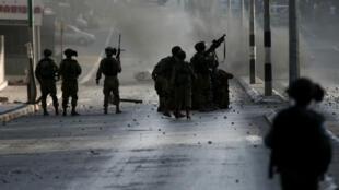 Des soldats israéliens tirent sur des manifestants palestiniens durant des affrontements à Behtléem en Cisjordanie, le 5 octobre 2015.