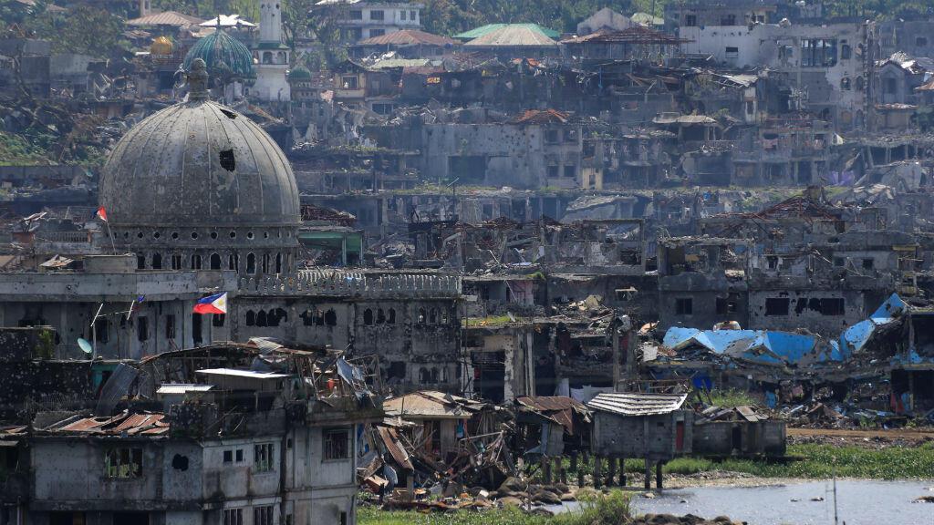 Así lucen los edificios damnificados al lado de una mezquita en Marawi, en el sur de Filipinas, después de que las tropas del gobierno despejaron del área a los grupos yihadistas.