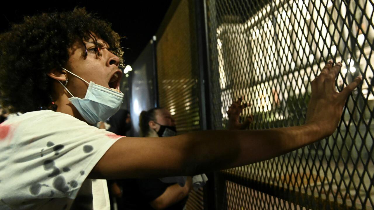 La gente protesta frente al Palacio de Justicia del condado de Kenosha después de que la Policía le disparara varias veces a un afroamericano, identificado como Jacob Blake, en Kenosha, Wisconsin, EE. UU.