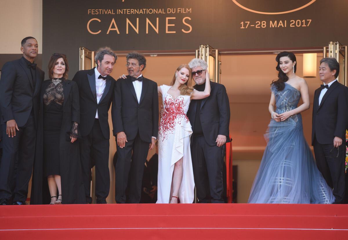 Le jury au grand complet de ce 70e Festival de Cannes pose une dernière fois au sommet des marches, quelques minutes avant d'annoncer le palmarès.