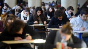 Le but affiché du gouvernement est de passer de 324—000 étudiants à 500—000 étudiants étrangers en France à l'horizon 2027.