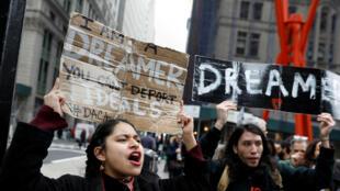 Activistas y destinatarios de DACA marchan en Broadway durante el inicio de su 'Walk to Stay Home', una caminata de cinco días de 250 millas desde Nueva York a Washington DC, para exigir que el Congreso apruebe una Clean Dream Act, en Manhattan, Nueva York, EE. UU., el 15 de febrero de 2018.