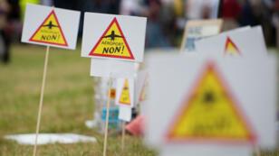 Des pancartes hostiles au projet d'aéroport lors d'un rassemblement d'opposants en juillet 2016.