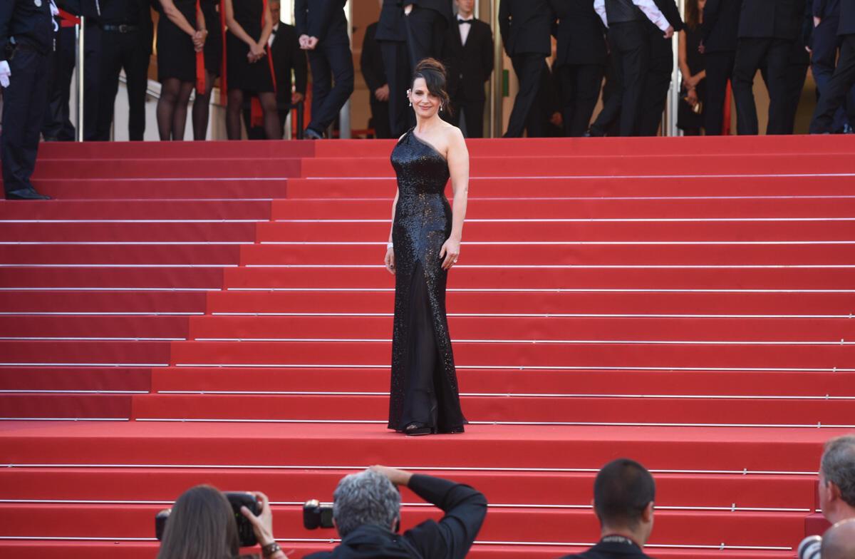 Juliette Binoche arrive dans une longue robe noire asymétrique à la cérémonie de clôture de ce 70e Festival de Cannes.