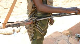 Un combattant séléka pose avec son arme en mai 2015, près de Bambari.