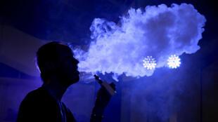 Una persona fuma un cigarrillo electrónico en la Exposición de la Alianza Internacional de Distribución de Vapor de Beijing en Beijing, China, el 24 de julio de 2015 (imagen de archivo).