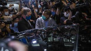 Le magnat de la presse, Jimmy Lai, est ressorti d'un commissariat de police à Hong Kong, dans la nuit de mardi 11 août à mercredi 12 août, vers minuit au milieu d'une foule de partisans.