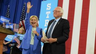 Bernie Sanders et Hillary Clinton ensemble au lycée de Portsmouth, dans le New Hamphire, le 12 juillet 2016.