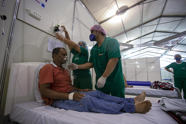 Edinilson Silva, de 47 años y enfermo de covid-19, recibe atención médica en un hospital de campaña, en Para, Brasil, el 15 de julio de 2020