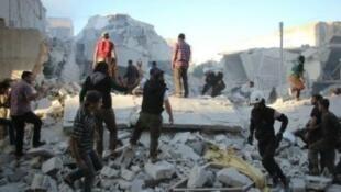 """البحث عن ناجين إثر غارة في إدلب قتل فيها أحد قادة """"جبهة فتح الشام"""""""