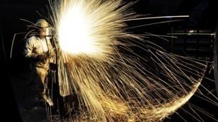 Un ouvrier découpe de l'acier dans une usine de Qingdao, dans la province chinoise de Shandong, le 18 janvier 2018.