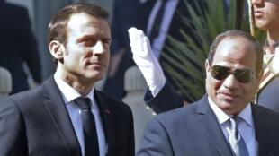 Emmanuel Macron y Abdel Fattah al-Sissi revisan la guardia de honor en El Cairo el 28 de enero de 2018-