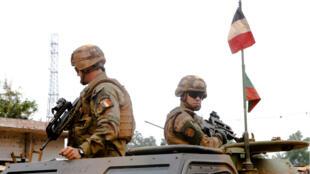 Photo d'archive montrant des soldats français de l'opération Sangaris en patrouile à Bangui en septembre 2015.
