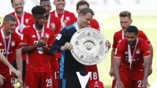 لاعبو بايرن يحتفلون بالفوز بلقب الدوري الألماني لكرة القدم للمرة الثامنة على التوالي، في صورة مؤرخة في 27 حزيران/يونيو 2020.