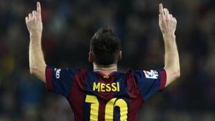 Les joueurs du Barça portent Messi en triomphe après la victoire sur Séville (5-1).