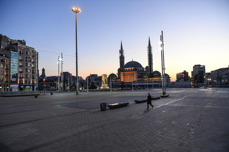 La plaza Taksim en Estambul el 12 de abril de 2020, durante un toque de queda de dos días para evitar la propagación del Covid-19.