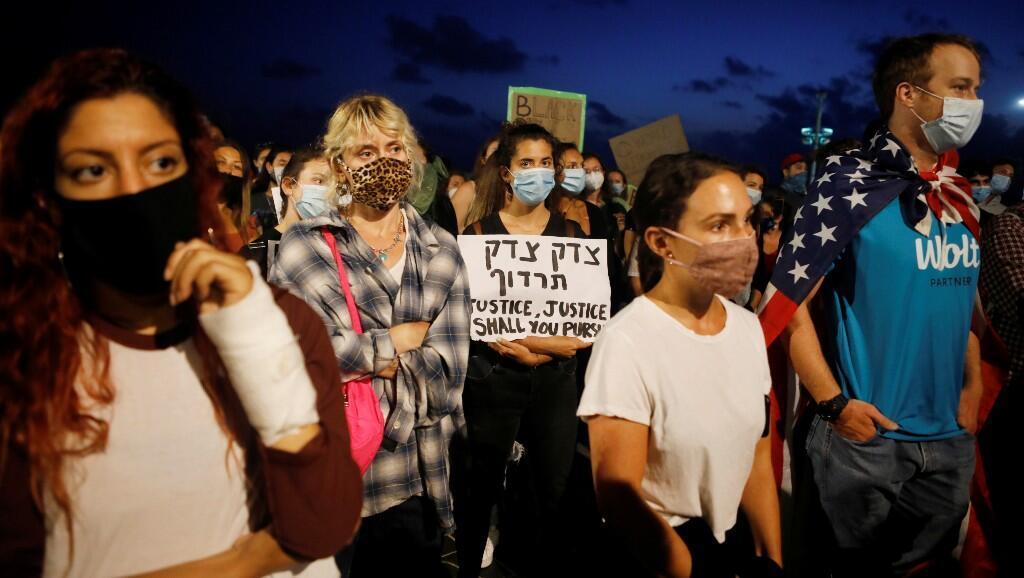 Ciudadanos israelíes se manifiestan en contra de la discriminación racial y los abusos policiales, tras la muerte del afroamericano George Floyd. En Tel Aviv, Israel, el 2 de junio de 2020.
