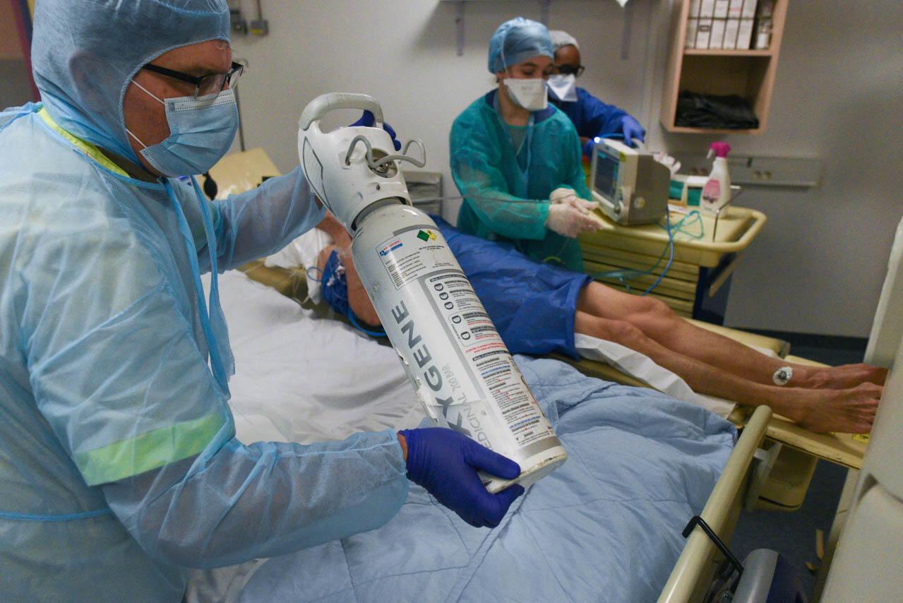 Une bouteille d'oxygène est utilisée pour le transfert d'un patient Covid-19 gravement atteint. Sinon, le risque de décompenser pendant ce court trajet est beaucoup plus fort.