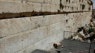 صورة التقطت في 23 تموز/يوليو 2018 تظهر الحجر الذي سقط من حائط المبكى في القدس.