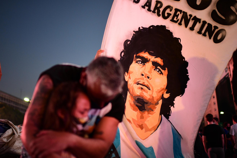 Père et enfant pleurent la mort de Diego Maradona à Buenos Aires le 25 novembre.