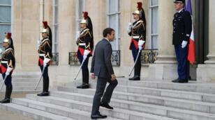 Le président français, Emmanuel Macron, monte les marches du perron de l'Élysée, le 31 juillet 2017.