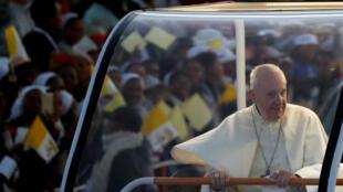 El Papa Francisco llega a una vigilia de oración con los jóvenes en Antananarivo, Madagascar, el 7 de septiembre de 2019.