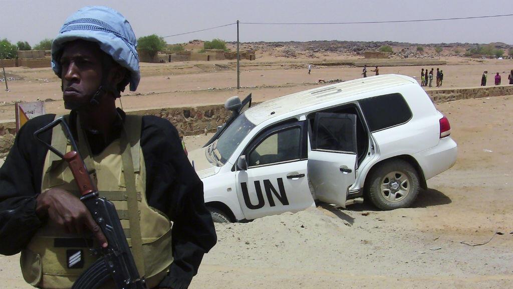 Un soldat de la Minusma près d'un véhicule accidenté après l'explosion d'une mine, le 14 juillet 2016 près de Kidal.