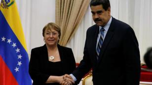 Nicolás Maduro saluda a la Alta Comisionada de Naciones Unidas para los Derechos Humanos en su visita a Caracas. 21 de junio de 2019.