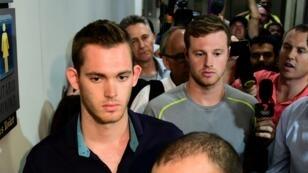 Les nageurs Gunnar Bentz (G) et Jack Conger quittent le commissariat de police de l'aéroport de Rio, mercredi 17 août 2016.
