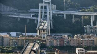 Véhicules abandonnés sur le pont de Morandi à Gênes, après son effondrement, le 15 août 2018.