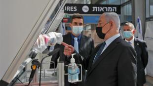 رئيس الوزراء الاسرائيلي بنيامين نتانياهو خلال افتتاحه مركزا لاجراء فحوص سريعة لفيروس كورونا في مطار بن غوريون في تل ابيب في التاسع من تشرين الثاني/نوفمبر 2020