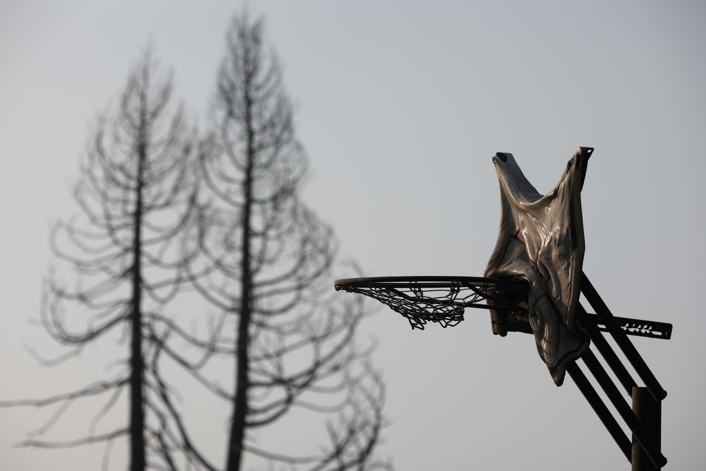 Un panier de basket fondu dans la région de Phoenix (Oregon) après le passage d'un incendie.
