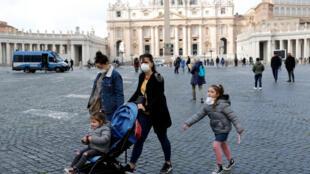 أشخاص يرتدون أقنعة وقائية بساحة بطرس في الفاتيكان، في 6 مارس/آذار 2020.